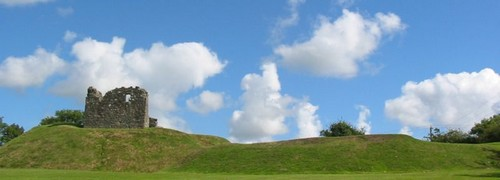800px-Clough_castle_motte_and_bailey_County_Down  pd wikimedia commons