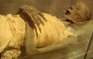 800px-Mummy-UpperClassEgyptianMale-SaitePeriod_RosicrucianM pd Wikimedia Commons